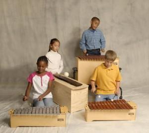 Kinder mit Orff-Instrumenten